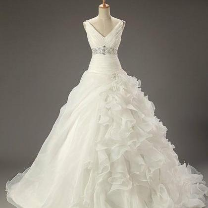 Classic white wedding wedding dress..